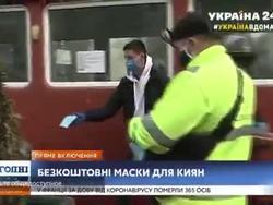 Игрок «Динамо» раздает защитные маски на улицах Киева